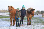 kids with Icelandic horses